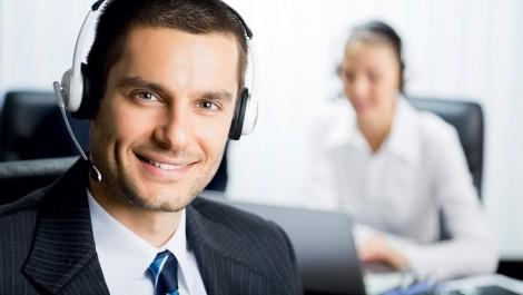 Photo d'un conseiller téléphonique à son poste avec un casque téléphonique