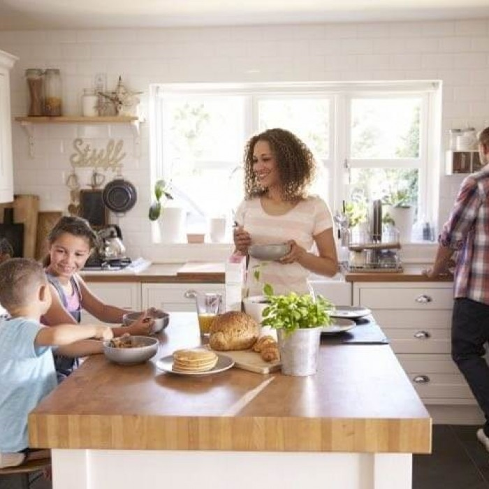 Photo d'une famille qui prend le petit déjeuner dans une cuisine
