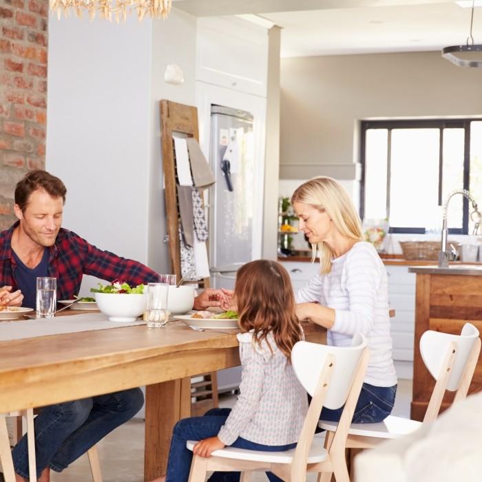 Repas de famille dans la salle à manger avec cuisine ouverte