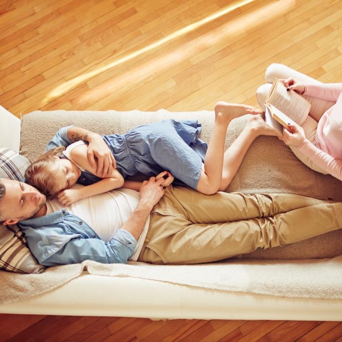 Vue du dessus d'une famille dans un canapé