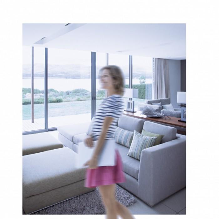 Femme debout dans un salon