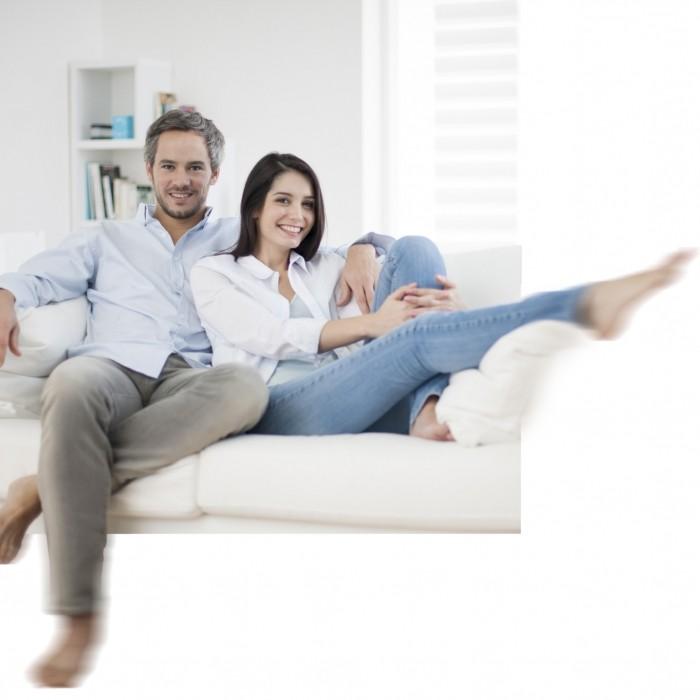 Couple assis sur un canapé dans un salon