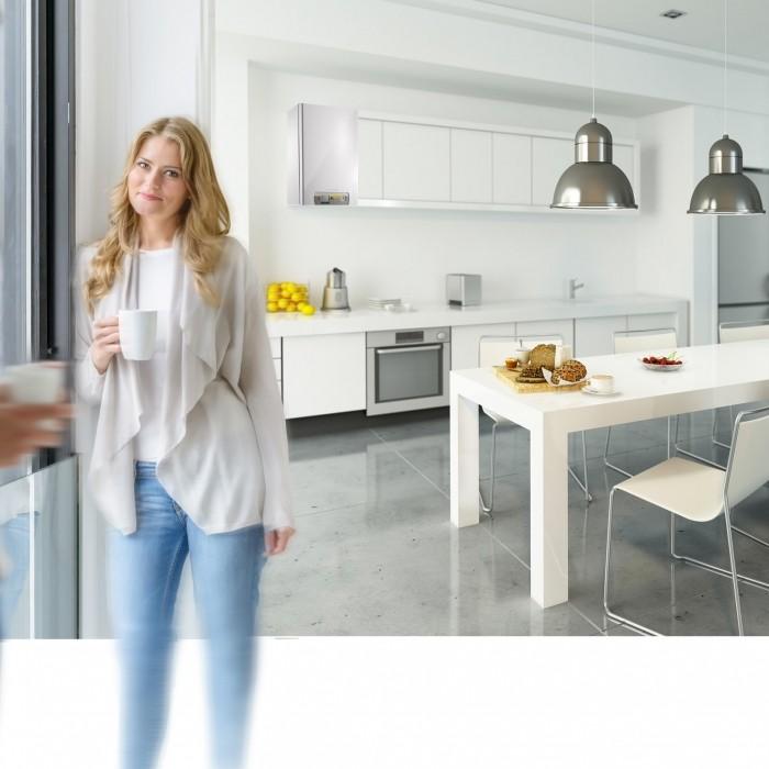 Photo d'ambiance vivadens avec un couple debout dans une cuisine