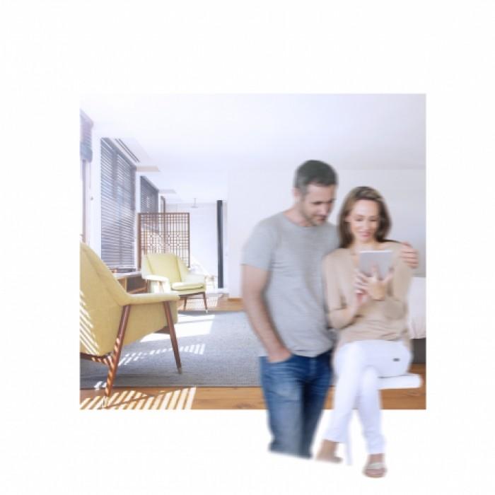 Couple sur tablette dans un salon