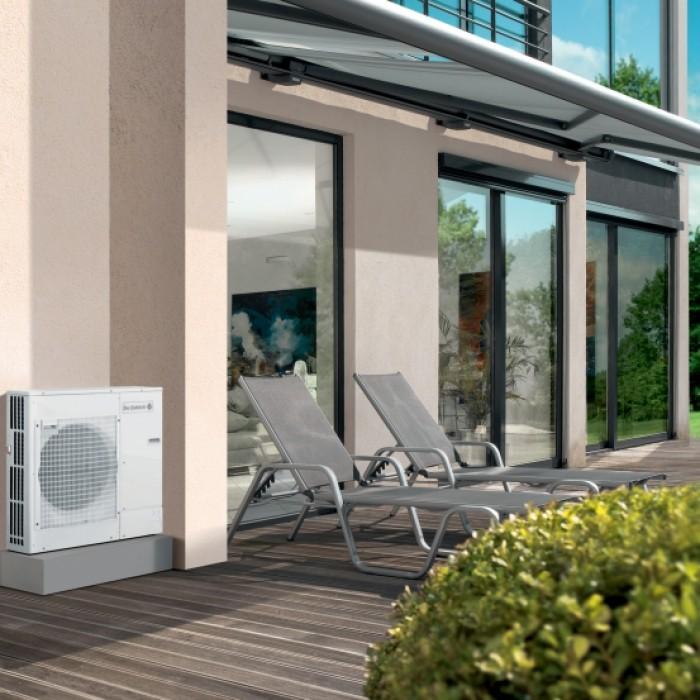 Pompe à chaleur air/eau HPI module à l'extérieur d'une maison
