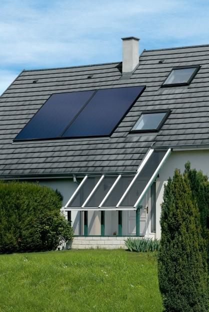 Panneaux photovoltaïques installés sur toit vus du jardin