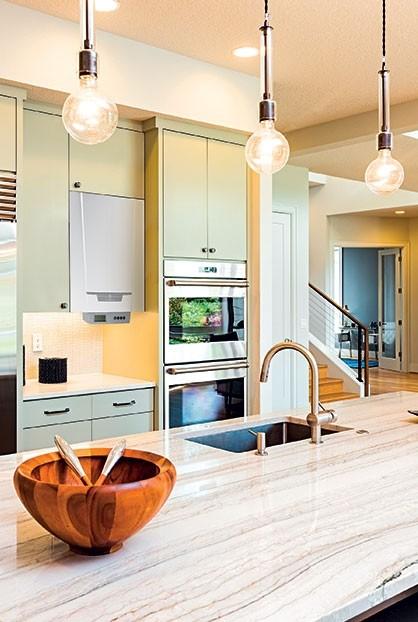 Chaudière murale gaz à condensation installée dans une cuisine