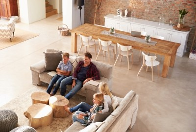 Photo d'une famille assise sur un canapé dans un salon