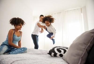 Famille dans une chambre qui joue avec leur enfant